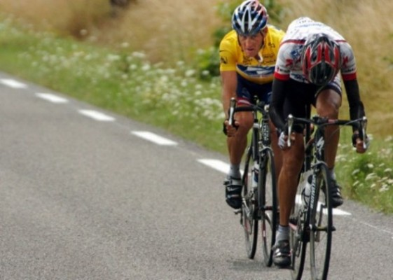 Lance Armstrong about to catch up to Filippe Simeoni at the 2004 Tour de France. (credit: redkiteprayer.com)