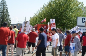 Striking workers on the picket line at Cascade Aerospace in Abbotsford, BC. (credit: cawlocal114.blogspot.ca)